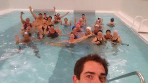Groupe d'aquagym heureux à la thalsso.com de Pornichet avec Josseiln, coach sportif et maitre-nageur