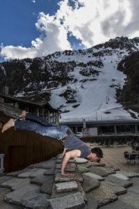 Démonstration d'un bon gainage au pied de la face de bellevarde à Val d'Isère par Josselin, coach sportif et maître-nageur